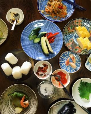 おむすびやおかずなどが所せましと並んで、試食を兼ねたランチは楽しいひととき。